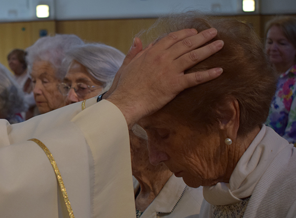 La celebración de la Pascua del Enfermo comenzó en la Parroquia administrando la Unción a veintisiete hermanos