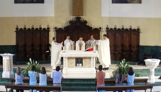 Un grupo de sacerdotes jóvenes celebra en la parroquia el tercer aniversario de su ordenación